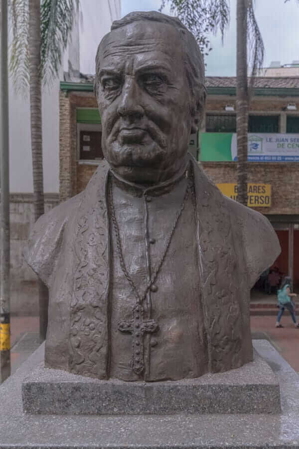 Escultura Juan De La Cruz Gómez Plata en Medellín