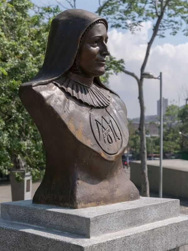 Escultura Madre Laura en Medellín