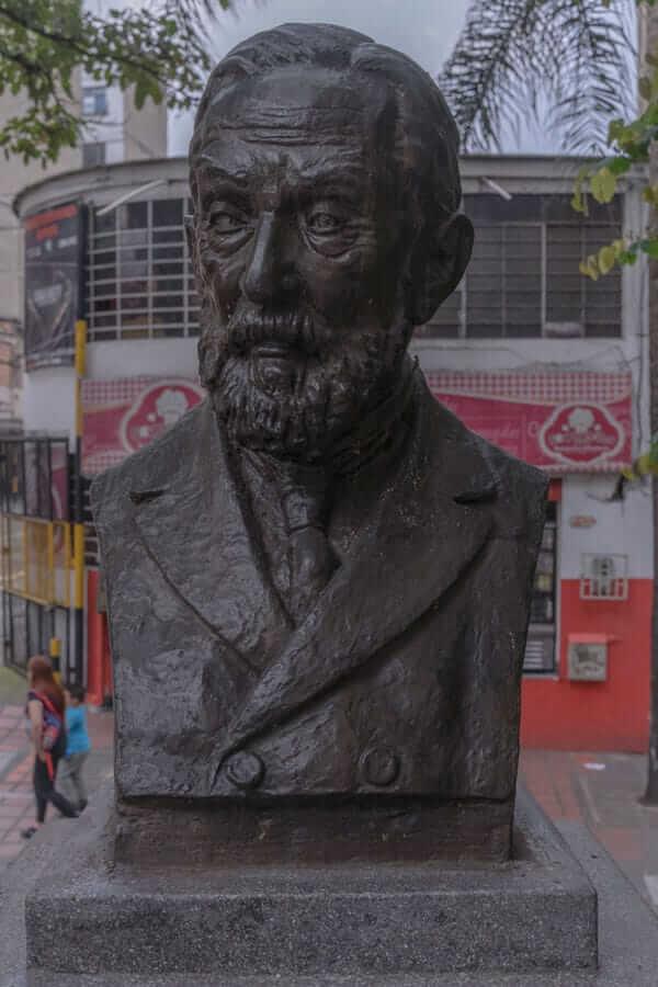 Escultura Manuel Uribe Ángel en Medellín
