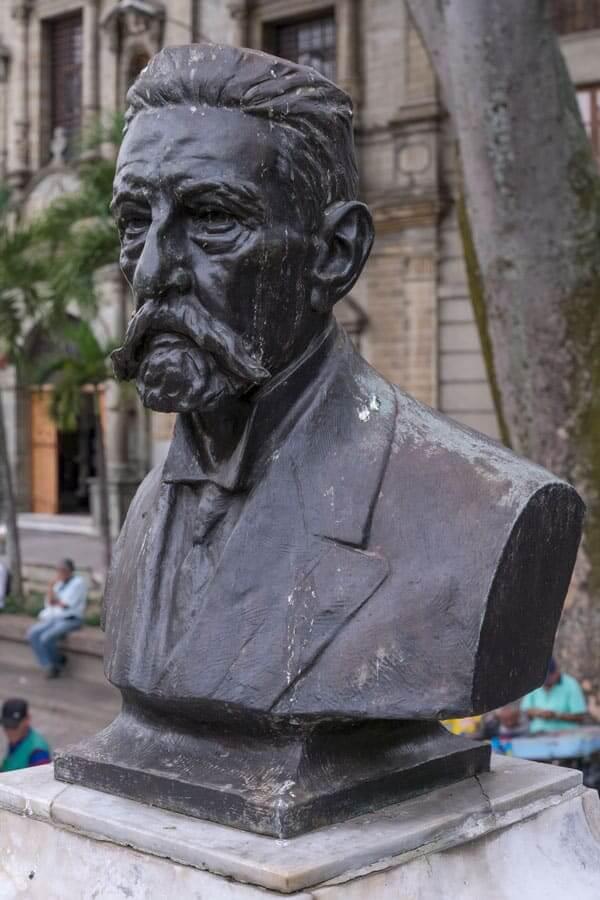 Escultura Marceliano Vélez en Medellín