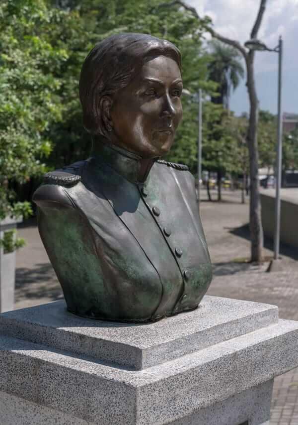 Escultura María Martínez de Nisser en Medellín