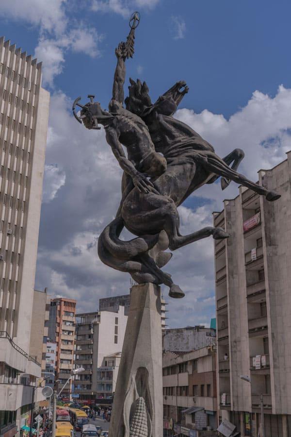 Escultura El Desafío De La Raza en Medellín